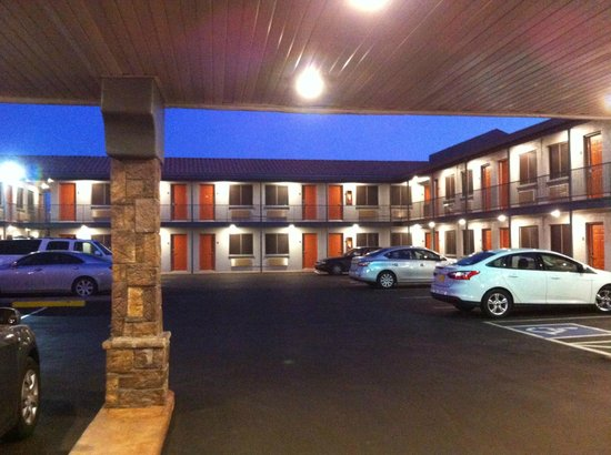 Americas Best Value Inn - Downtown Phoenix: general view of hotel