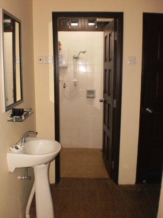 Federal Villa Beach Resort: 2 bed apartment, shower area.