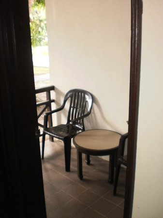 Federal Villa Beach Resort: Tiny balcony - 2 bed apartment, couldn't sit here too many mozzies.
