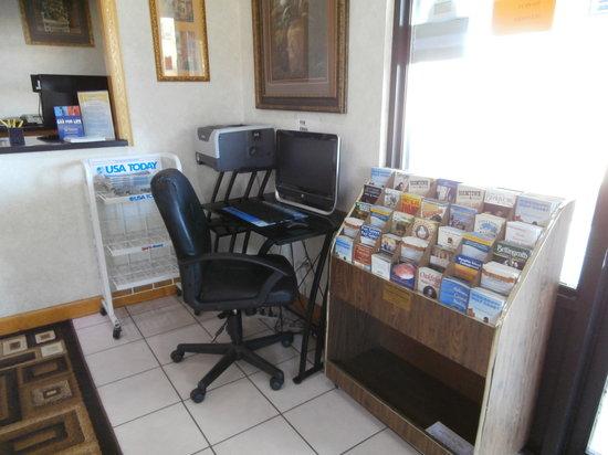 Days Inn Newton: lobby computer