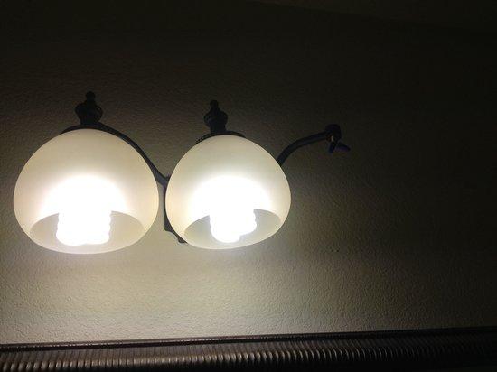 Comfort Suites: Missing light fixture