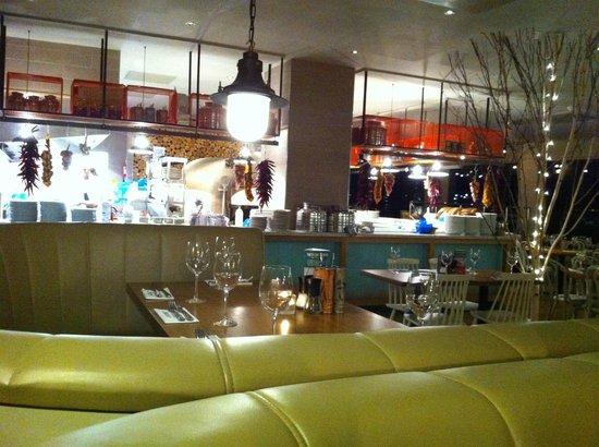 Zizzi - Falmouth: Zizzi's pleasant interior.