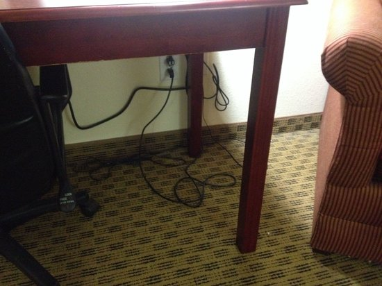Comfort Suites: Electrical cords all over the place