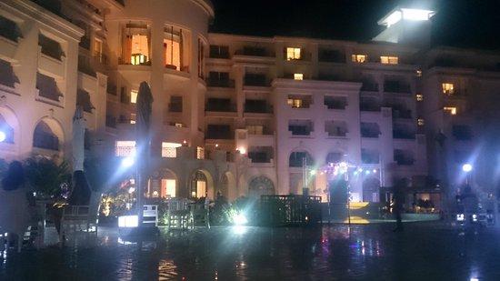 Stella Di Mare Beach Hotel & Spa : Hôtel by night