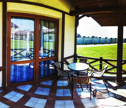 Kopa Hotel: летняя террасса у котеджа