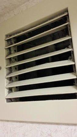 Hampton Inn St Louis/Chesterfield: Filthy bathroom vent