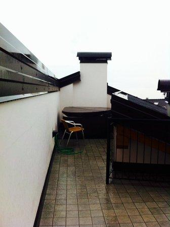 Hotel Romanda: Idromassaggio in terrazza! (con la copertura termica per mantenerlo caldo) Peccato per il maltem