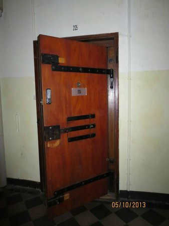 Jailhotel Löwengraben: Standard door to the room