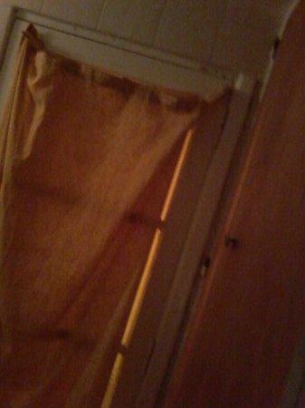 Posada del Catalejo: cortina detrás de la puerta del baño