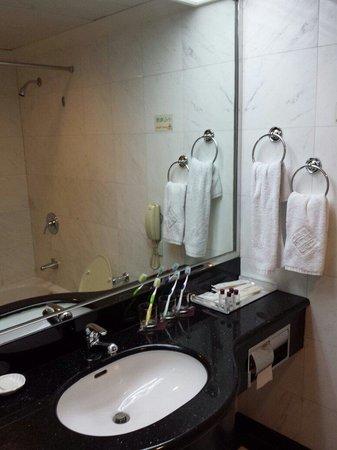 Golden Crown China Hotel: Bathroom 1