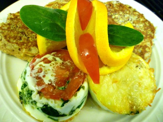 Americus Garden Inn Bed & Breakfast: Shirred eggs with spinach and tomato at Americus Garden Inn