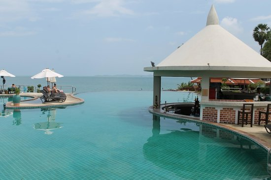 Samui Buri Beach Resort : Infinity pool with swim up bar