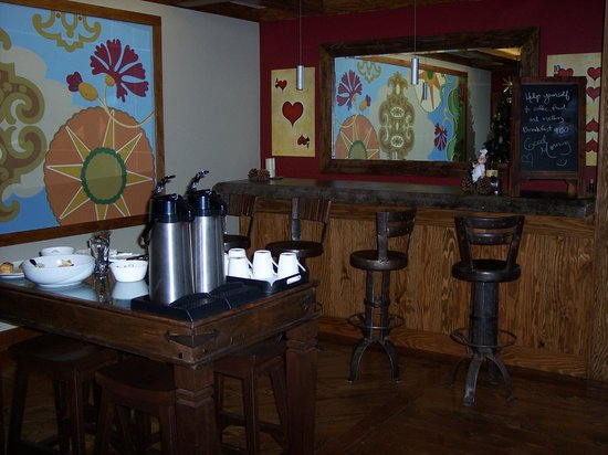 The Grand Idyllwild Lodge: Common bar area