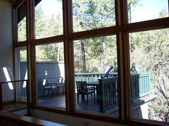 The Grand Idyllwild Lodge : Common area deck