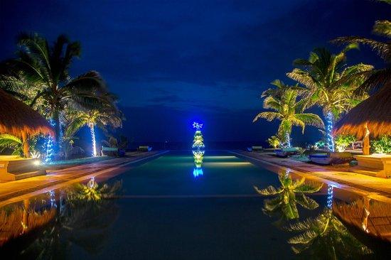 Bar Reef Resort: Infinity pool at night.