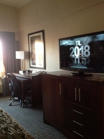 DoubleTree by Hilton Cape Cod - Hyannis : desk and television area