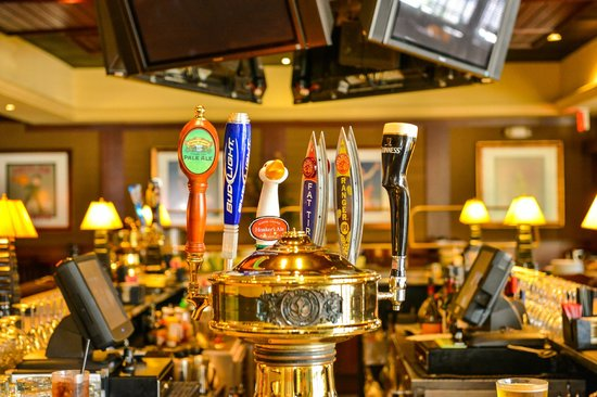 Crowne Plaza Dulles Airport Hotel: Come for Happy Hour to Houlihan's
