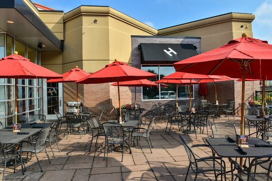 Crowne Plaza Dulles Airport Hotel: Nice weather come to Houlihan's Patio