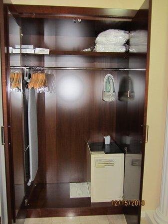 Budapest Marriott Hotel: Closet and Safe
