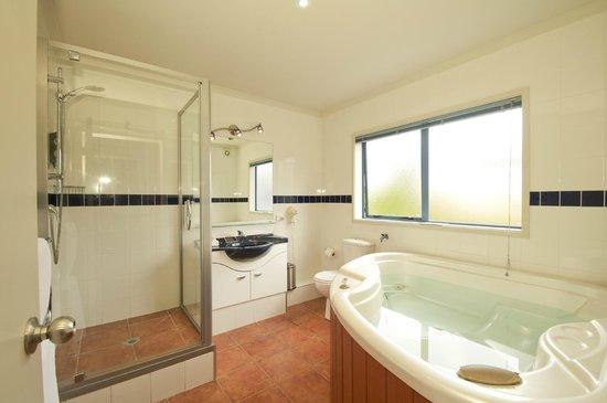 Blue Pacific Apartments Paihia: Spa bath in Apt 9, 2 bedroom 2 bathroom