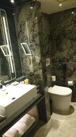Royal Plaza Hotel: huge bathroom