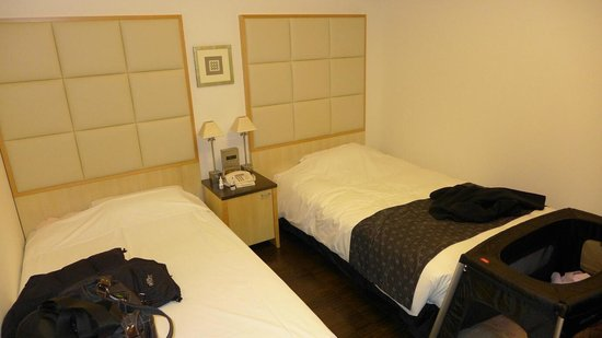 Hotel Monterey Ginza : Twin with a baby's travel cot at the foot of the bed