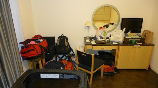 Hotel Monterey Ginza : The rest of the room, with baby's travel cot, from the twin beds.
