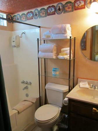 Hillcrest Lodge: Bathroom 8