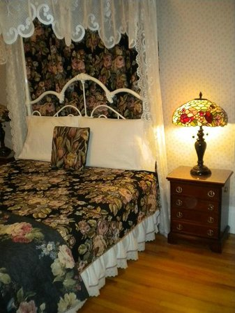 Grandview Bed and Breakfast : Queen bed, nightstands and lamps on both sides