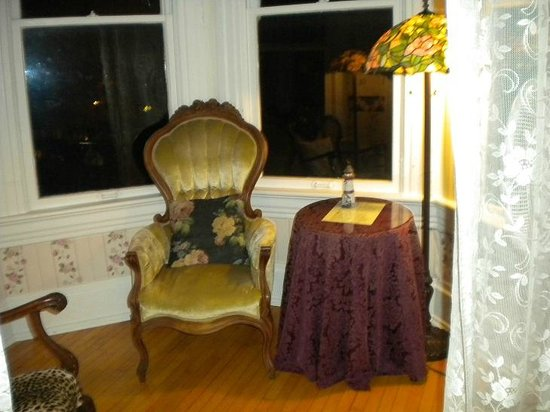 Grandview Bed and Breakfast: Sitting room, with two parlor chairs, two floor lamps & table