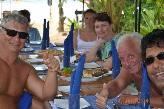 Warahena Beach Hotel: владелец отеля  Кума угощал морепродуктами