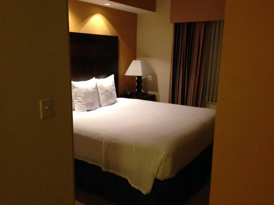 Fairfield Inn & Suites Houston Intercontinental Airport: Comfortable sleeping area separate from the sitting area