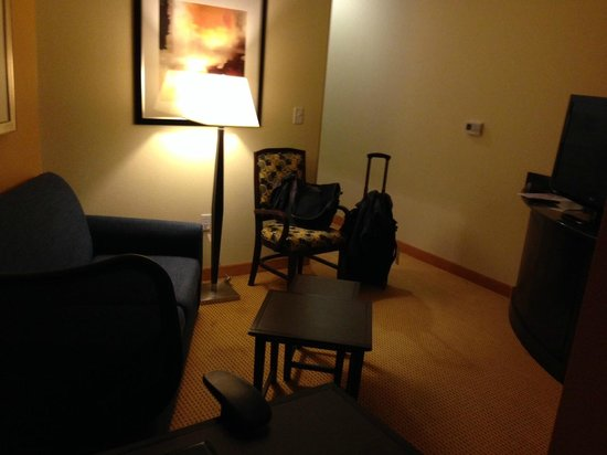 Fairfield Inn & Suites Houston Intercontinental Airport: Sitting area with 2nd TV