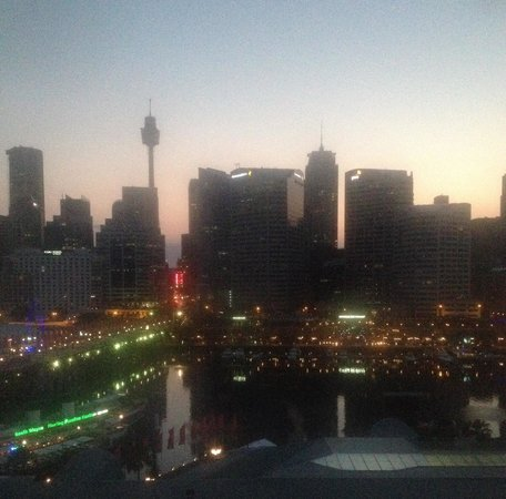 Ibis Sydney Darling Harbour: Sunrise from our window