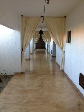 Bahia Hotel & Beach House: Hall way