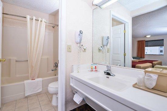 Econo Lodge Bellmawr: Bathroom