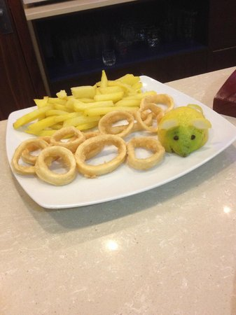 Holiday Inn Express Campo de Gibraltar - Barrios : Appetizer of Calamari & French Fries (note the cute lime)