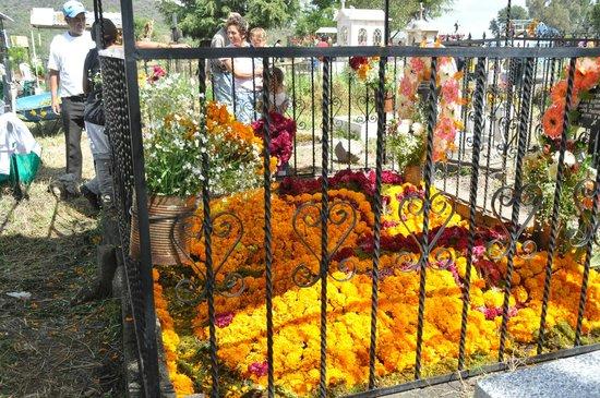 Hotel Pueblo Magico: Cemetery during Dia de los Muertos