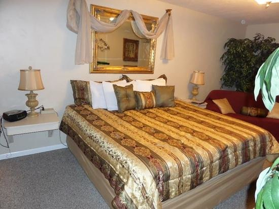 Country Acres Motel and RV Park: king bed