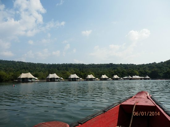 4 Rivers Floating Lodge: Arriving at the resort
