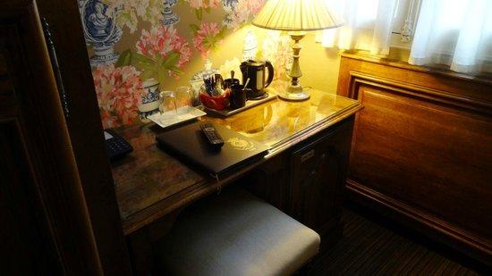 Hotel Left Bank : Mini bar in fridge