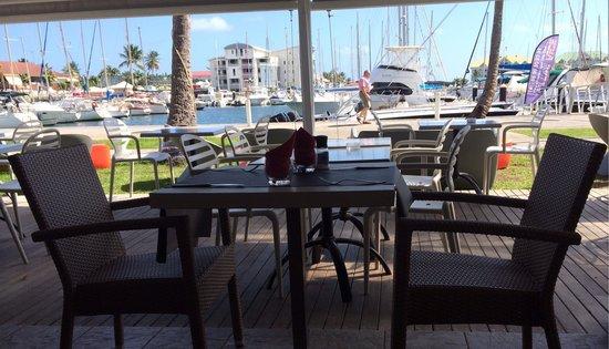 Cafe Wango: Terrasse, vue sur les bateaux