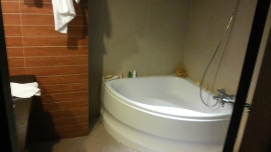 Bangkok City Hotel: corner tub in deluxe room