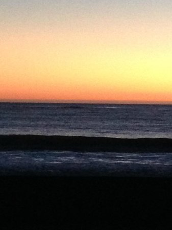 Cayucos Shoreline Inn...on the beach: Sunset View from my Beachfront Room