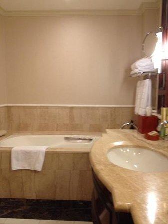 Shangri-La Hotel Sydney: nice size bathroom on 31st floor