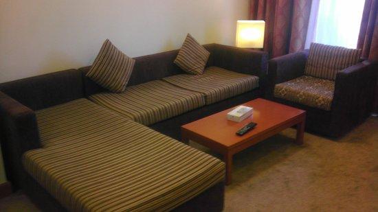 Ramada Hotel and Suites Ajman: Livingroom