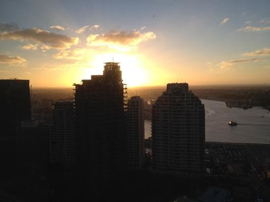 Shangri-La Hotel Sydney : snset over Darling Harbour..a view from the room
