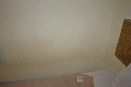 Hotel Rafflesia: grubby walls