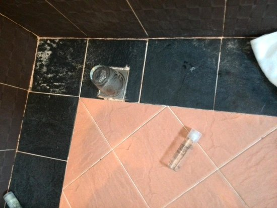 Apsara Residence: do not use the cups, as you can see I have to use it to cover the hole to prevent the terrible s