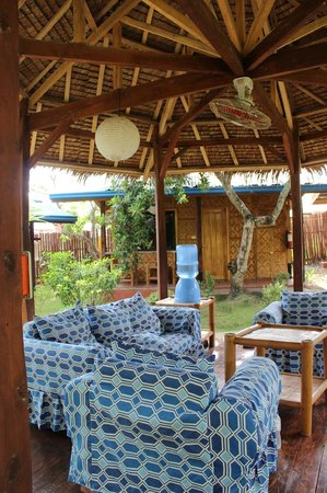 L'Elephant Bleu Cottages: Relaxing in garden area